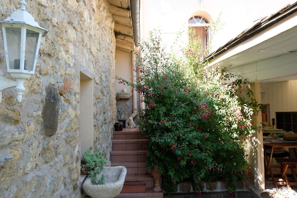Accès au jardin, maison en pierre à 200m de la Garonne sauvage
