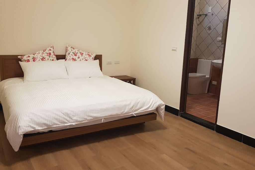 雙人床 one big double bed