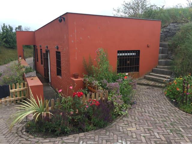Woonbunker in beeldentuin - Den Helder - Blockhütte
