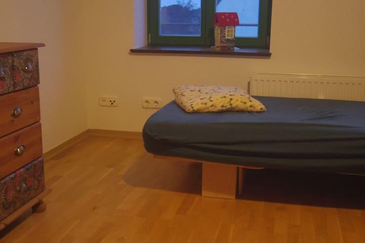 Helles Zimmer für kurzweilige Übernachtung