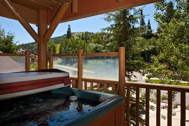 Beautiful Condo walking distance BB205 to Ski Lifts w/ Private Hot Tub