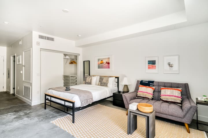 Stylish Studio in LA, Rooftop Pool + Parking