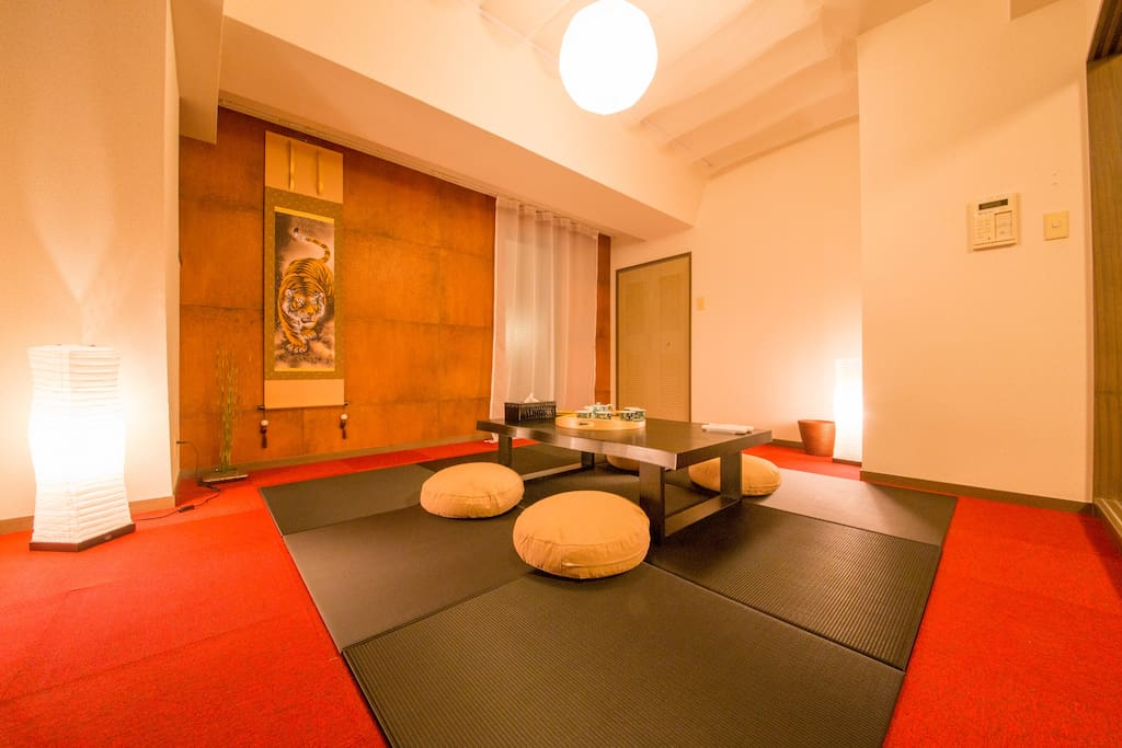 Living room リビング  Warning: Proffesional photos taken with wide angel. Everything seems bigger. Please refer to the ideal number of the guests in my listing when you book.」 摄影师拍摄的照片采用了广角拍摄,所以房间整体看起来非常宽敞。在预约时请您参照房屋介绍里的最适宜入住人数。
