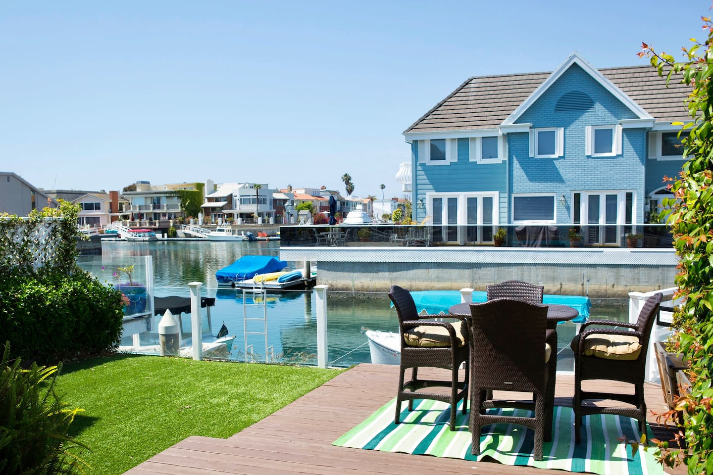 Outdoor dining with a view of the harbor.