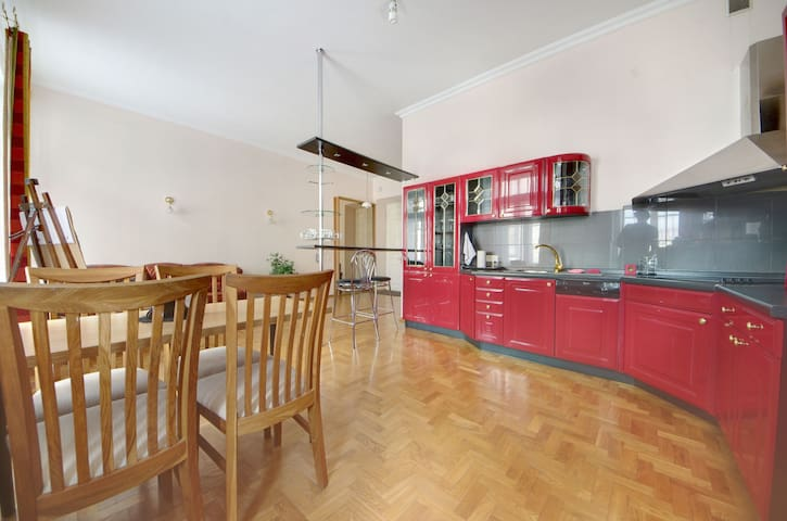 COZY FLAT +Lift +Parking next to Station & OldTown
