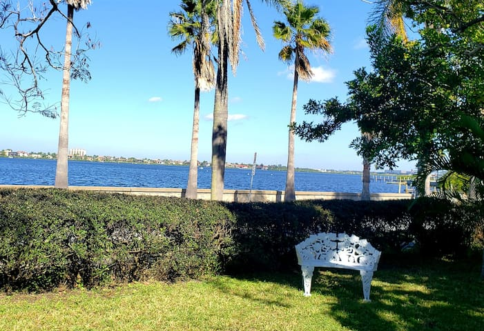 Waterfront Room in home Downtown Bradenton