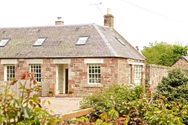 Woodturners Cottage - cosy farm cottage.