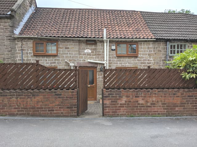 Practical cosy cottage close to M1