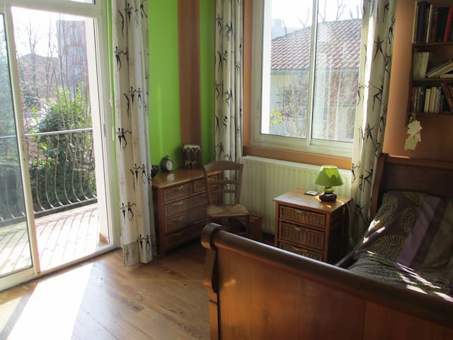 Chambre 15 m², lumineuse, balcon. - Pau - Rumah