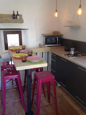Cucina con piastra a 2 fuochi, microonde con grill, macchina caffè Nespresso
