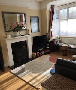 Comfortable sunny 3 bed family home - Sutton - 独立屋
