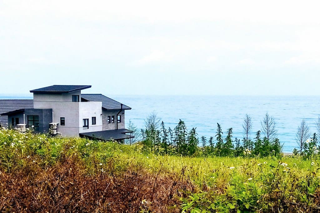 可散步到後山的小徑,望向太平洋,美景如畫