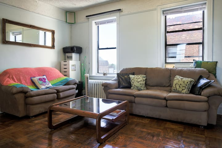Large and sunny private room - 1 block from train! - Brooklyn - Wohnung