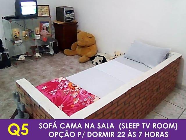 Q5 – Sofá cama na sala de estar/TV, excelente para pernoite. Melhor horário de uso das 22:00 às 07:00h da manhã.