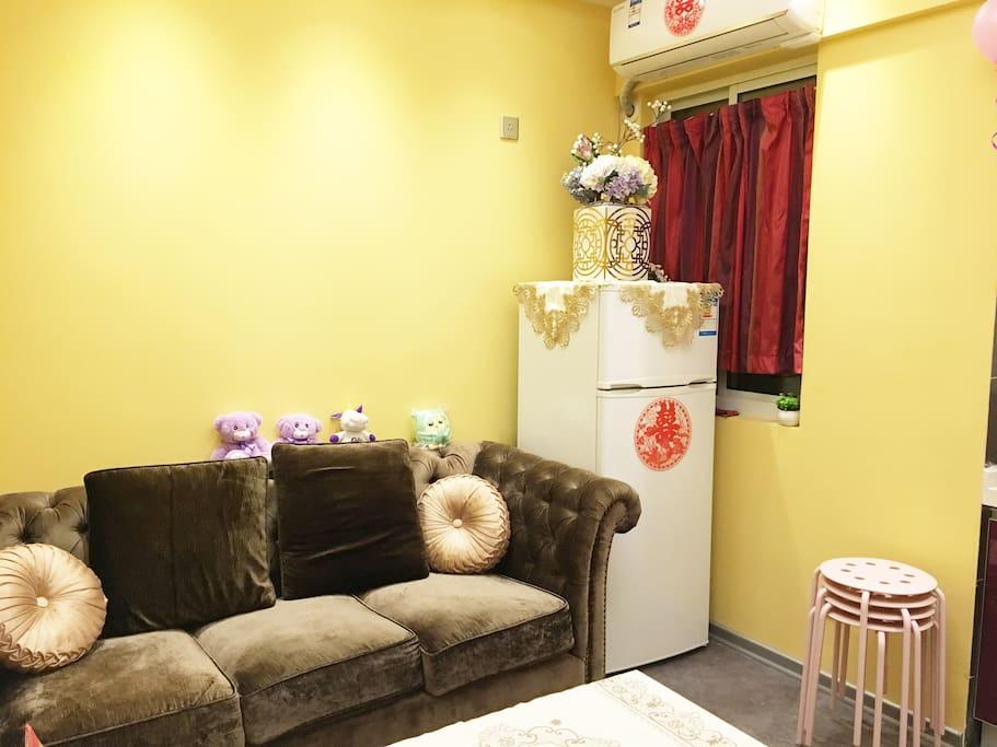 客厅、沙发、冰箱