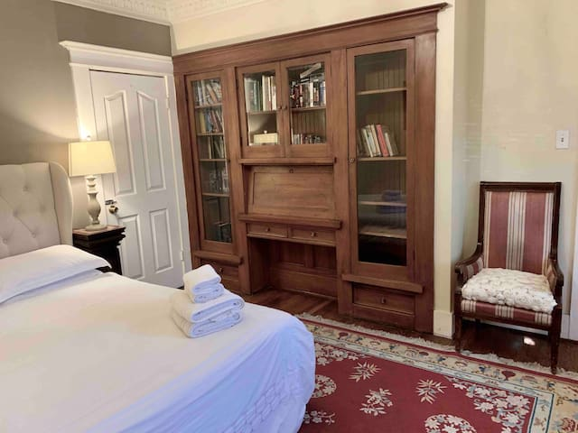 Library Suite - CC Bed and Breakfast