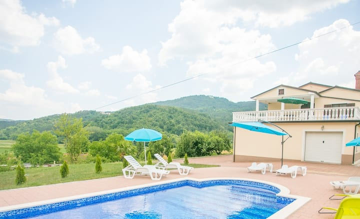 Villa Maria Buzet with Shared Pool / Apartment Maria II on the first floor with Pool View