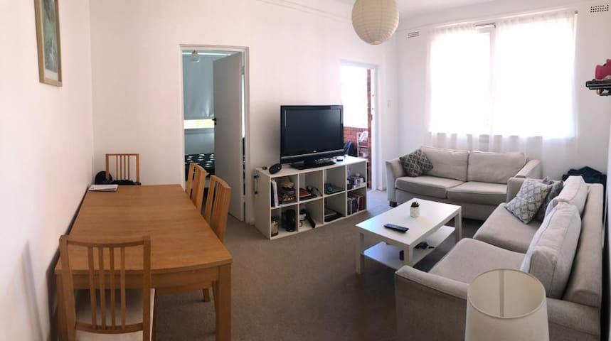 Bondi Beach private room with double bed & balcony