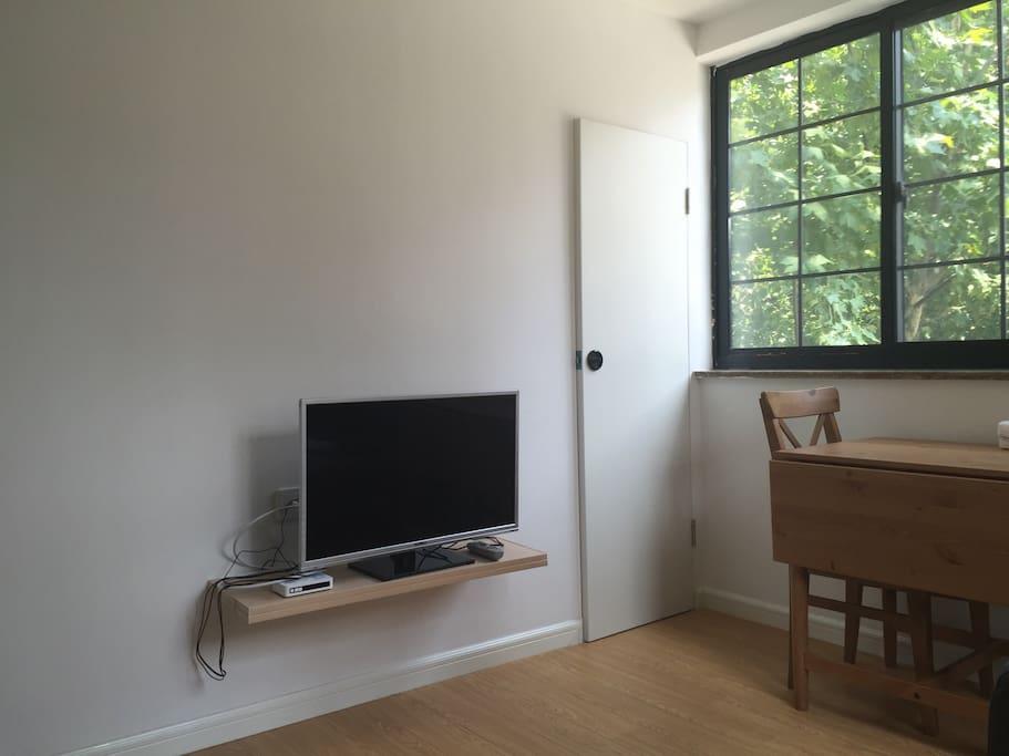 32inch's  TV and a hidden closet。电视旁边的门内侧是隐藏的储物空间