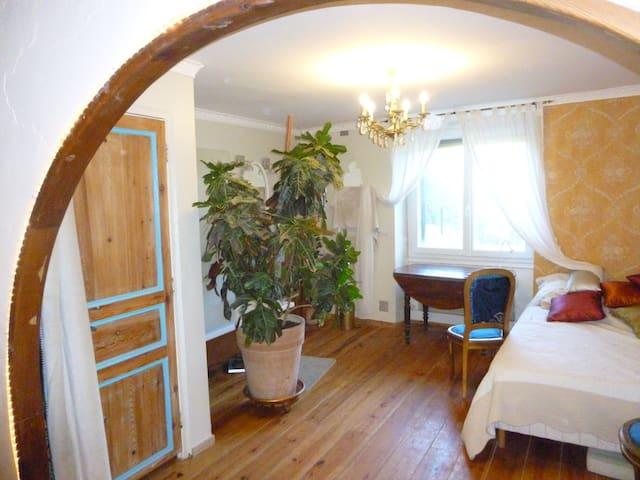 Grande chambre avec SDB ds jolie maison de village