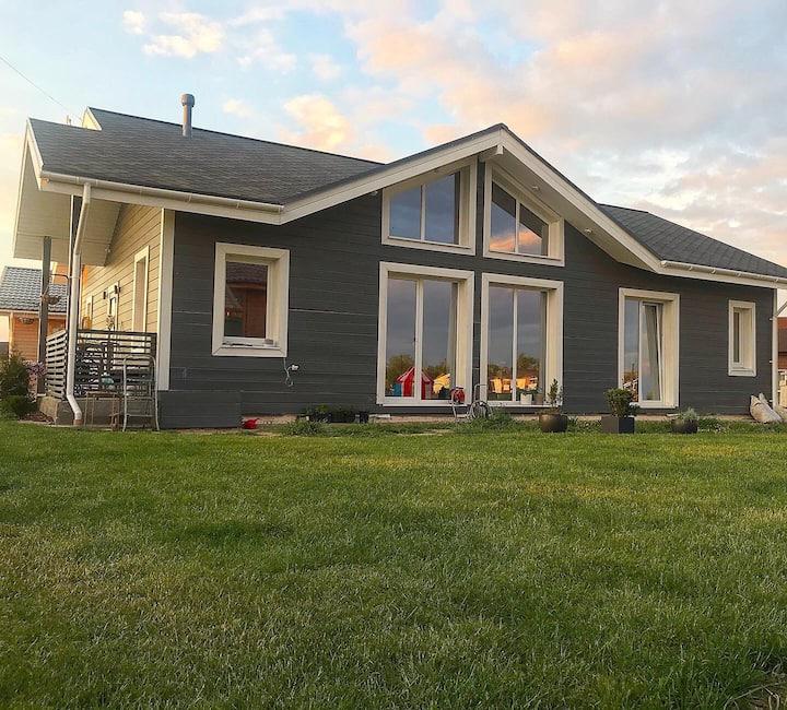 Дом с лужайкой и высоким потолком