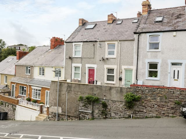TRAMWAY COTTAGE, pet friendly in Llandudno, Ref 991210