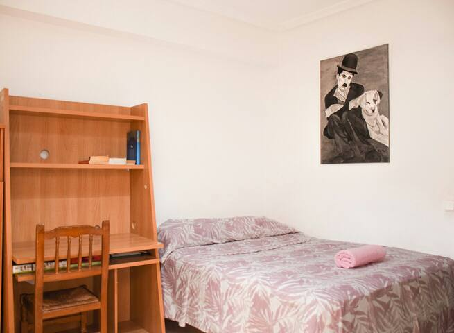 Habitación amplia y acogedora. cama de matrimonio