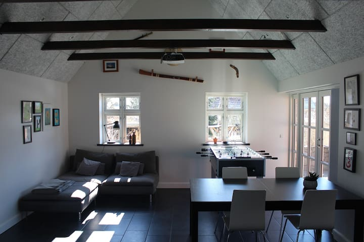 Large bright family room for 1-4 persons