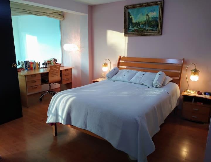 Habitación matrimonial con baño-jacuzzi compartido