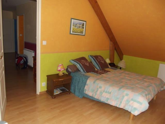 chambre avec lit double - Roézé-sur-Sarthe