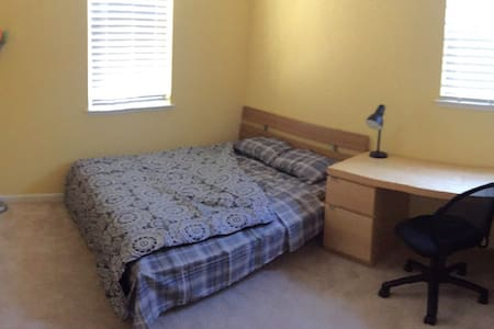 Clean quiet room with private bath! - Pittsburg - Hus