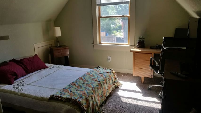 Private Room and Bath on Light Rail - Five Points - Denver - House