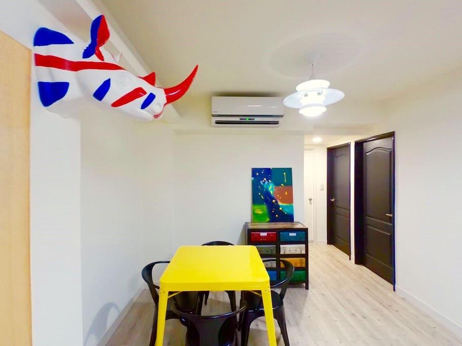 寬敞的客廳與餐廳