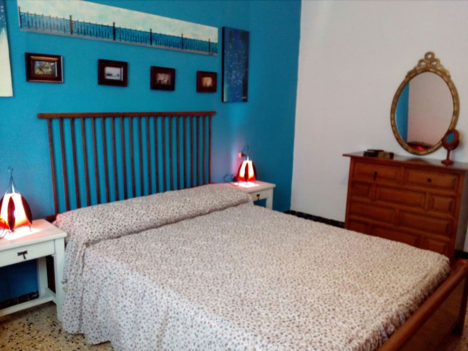 Habitación con cama de doble 130cm