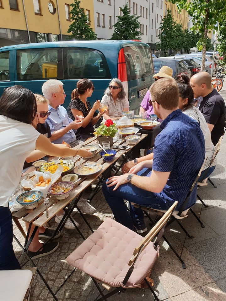 Eat Berlin Style: Sitting in the streets