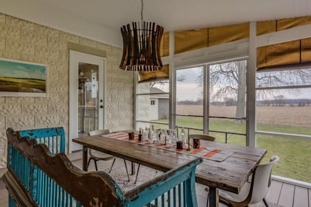 Three Oaks Farmhouse with a View