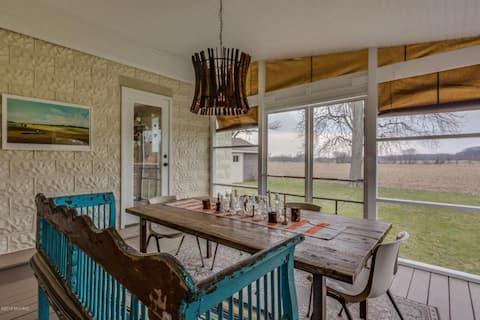 Three Oaks Farmhouse with a View