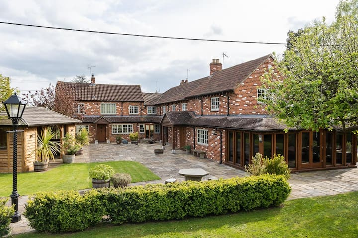 Wiltshire hideaway –  large 5-bed country retreat!