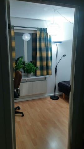 A small room with a bed and desk. - Umeå - Daire