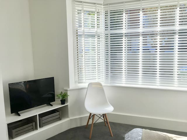 Relax and watch Smart Tv in Bed 1. Sunny bay window