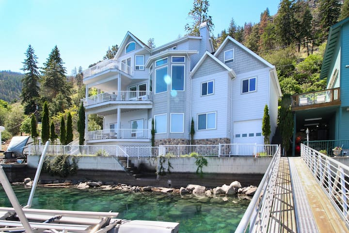 Upscale lakefront house - spacious interior w/ fireplace, dock, stunning views!