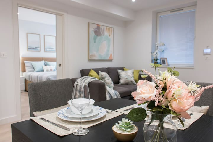 *Must See*Modern Fresh Apt with 3tube lines at Z2