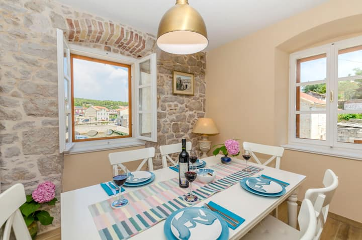 Two Bedroom Stone house, 50m from city center, seaside in Vrboska - island Hvar