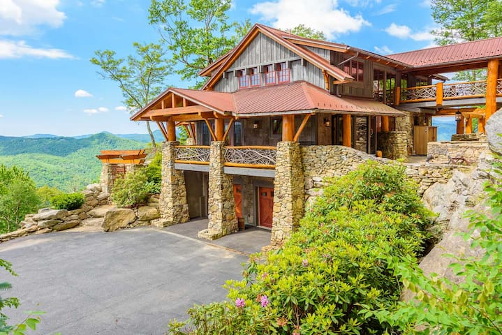 """""""The Rock"""" 4BR, Hot Tub, Huge Mtn Views, 3 King Suites, Theater Room, Pool Table"""