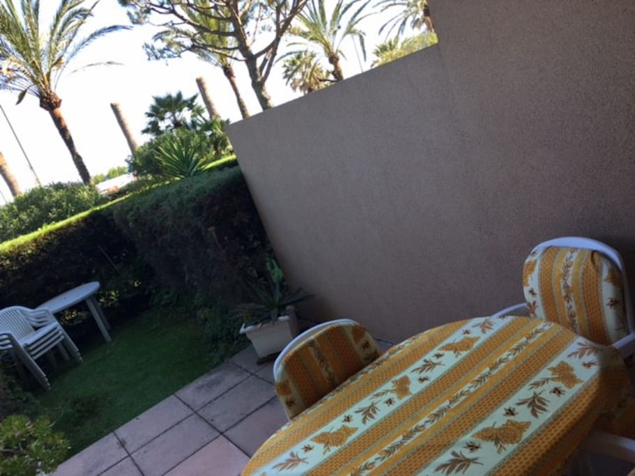 jardinet, terrasse, salon de jardin donnant sur front de mer