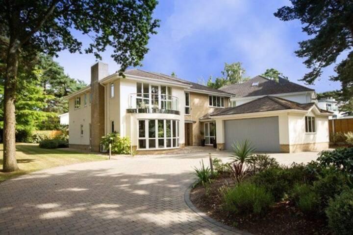 Exclusive 5 bed Home; Garden, Hot Tub & Beach Hut