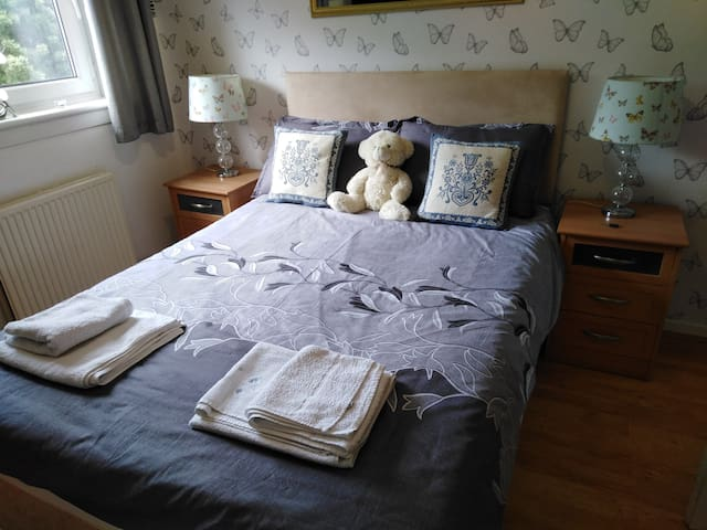 Double bed in Oxgangs Edinburgh, Free parking