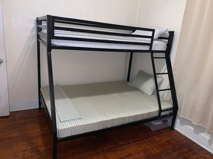 Comfy Top Bunk Bed 30 minutes to NYC