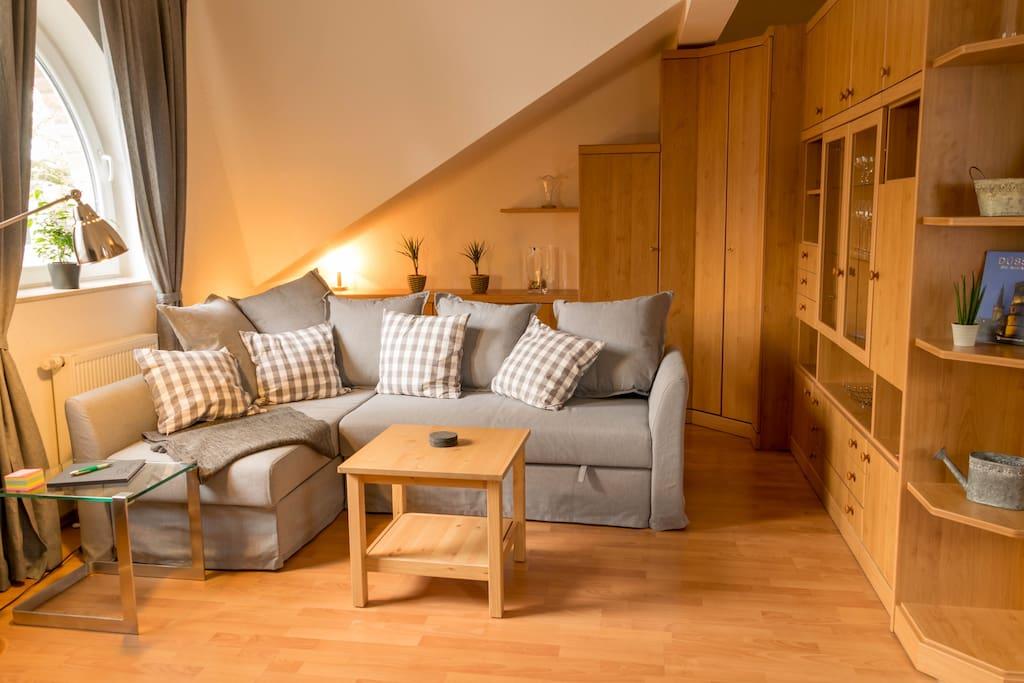 Wohnbereich mit Couch & Schrankwand