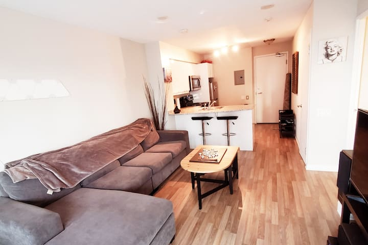 Yonge & Eglinton One Bedroom With Alot To Offer.